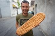 Brot kommt im Iran in vielen Formen daher. Wie oben, hauchdünn wie Papier, oder so wie hier. Was nach Skateboard aussieht, ist ein Brot. Morgens frisch beim Bäcker gekauft, wird es oft noch vor Ort verputzt.